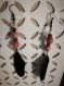 Boucle d'oreille en pierre naturelle de rhodonite et plume