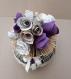 Vase de roses en papier violet, livre plié, décoration, fleurs.