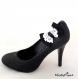 Clips chaussure noeud noir avec dentelle blanche.