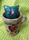 Bibelot chat dans une tasse «construis ton bonheur avec ton coeur»