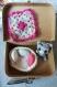 (vendu) petit chat miniature amigurumi au crochet  avec son couffin et ses coussins pour poupées d'artiste bjd ou maison de poupées