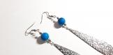 Boucle d'oreille dormeuse goutte ajourée, perles en verre bleu moucheté noir, crochet en métal acier inoxydable argenté