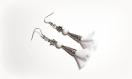 Boucle d'oreille pompon tissue voilage blanc, perles en verre blanche lisse et fleur métal, coupelles, crochet en métal acier inoxydable argenté