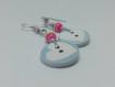 Boucles d'oreilles argentées pendantes en fil aluminium argenté et bouton avec un cœur
