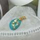 Collier avec joli pendentif en résine, coloré et réalisé à la main, avec incrustations de feuilles or, idéal pour un cadeau unique et exceptionnel !