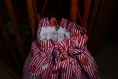 Sac en coton pour enfant brodé au point de croix multicouleurs dominance rouge