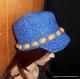 Casquette faite au crochet en raphia bleu