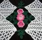 Napperon en coton fait au crochet avec rose