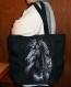Sac noir avec broderie cheval porté épaule