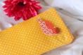 Housse portable jaune et orange à petits pois avec oiseau en bois