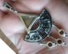 Demi-lune triangle collier arménien pétroglyphes en argent massif avec une agate et trois grenat