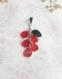 Collier pétales de fleurs rouge et feuille verte en résine