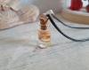 Pendentif fiole en verre et résine avec incrustation de fleurs orange et jaune naturelle