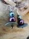 Boucles d'oreilles zen stupa perles plates gris et perles prune et bleu reflets argentés acrylique. attache argent.