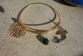 Bracelet jonc doré à l'or fin et breloques zen carpe koï, lotus et goutte en verre à sélectionner