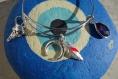 Bracelet jonc argent rhodié style rock avec breloques tête de buffle, plumes, corne de buffle et goutte en verre à choisir