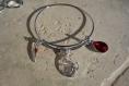 Bracelet jonc en argent rhodié breloque renard, plume ou hirondelle et goutte en verre à choisir