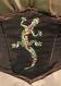 Corset court en taffetas changeant marron brodé d'un charmant gecko aux couleurs des caraïbes