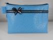 Trousse de toilette en simili cuir autruche bleu, doublure imperméable noire
