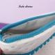 Trousse de toilette en simili lurex blanc, doublure imperméable, pompon turquoise
