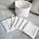 Panier en tissu coton motif étoiles argenté sur fond blanc, tissu intérieur blanc et 7 lingettes assortis en éponge bambou fait main