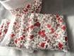 Lot panier en tissu motif fleur rouge et grise et tissu intérieur blanc avec ses 7 lingettes assortis en éponge bambou blanche