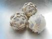 Boule décorative en forme de pomme de pain fait main en tissu - décoration intérieure tons blanc/beige/crème petits pois