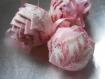 3 boules décoratives en forme de pomme de pain fait main en toile de jouy - esprit shabby chic - décoration intérieure tons roses