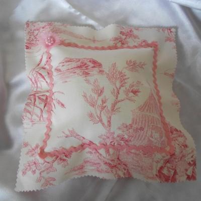 Coussin 22 x 23 cm toile de jouy rose -esprit charme chic - décoration scènes romantiques