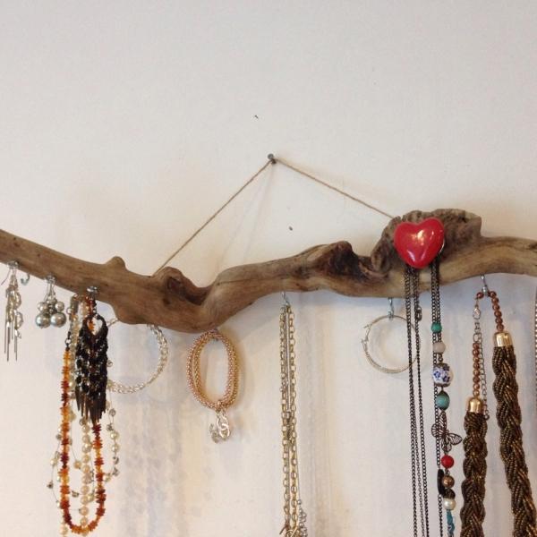 Porté bijoux en bois flotté : bijoux-de-sac par deleaualalumiere