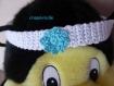 Bandeau head band pour bébé crocheté en blanc et orné d'une fleur bleu turquoise au crochet