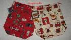 Sacs pochons en duo, tissu rouge et écru motifs noël avec étiquettes fantaisies.