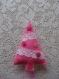 Sapin de noël en feutrine rose garni de dentelles blanche et de boutons rose