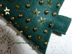 Sapin vert en feutrine décoré de boules et d'étoiles or