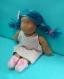 Iris poupée de chiffon style waldorf 42 cm, peau moka yeux bleus clairs, cheveux bleus méchés