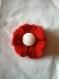 Broche fleur rouge avec un bouton blanc