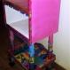 Table de chevet / étagère, colorée et kitsch.