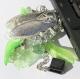 Bijou de sac composé d'une cigale abritant une clef usb 16go, de feuilles et de fleurs multicolores
