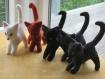 Chats couleur uni. ces chats semblent être très taquins.