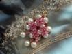 Pendentif rose et blanc cassé, parsemé de rouge