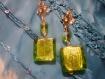 Boucles d'oreilles dorées et son vert lumineux