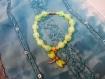 Bracelet vert et jaune et sa petite libellule