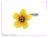 Barrette fleur sakura jaune et noire à perles blanches et dorées.
