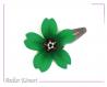 Barrette fleur sakura verte et noire à perles blanches et oranges.