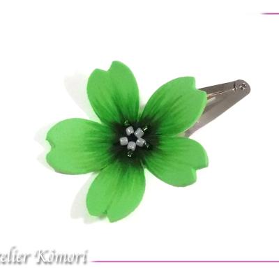 Barrette fleur sakura vert clair et noire à perles blanches et vertes.