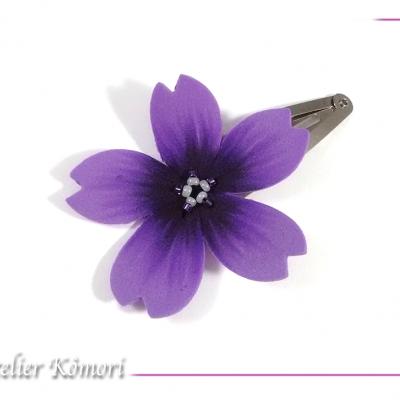 Barrette fleur sakura violette et noire à perles blanches et violettes.