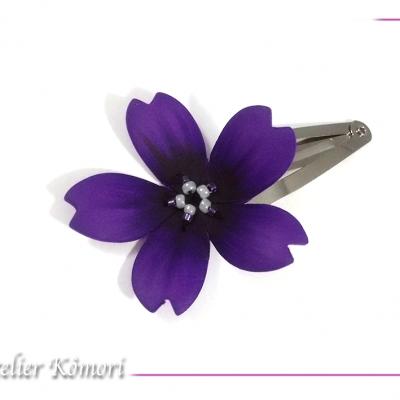 Barrette fleur sakura violet foncé et noire à perles blanches et violettes.