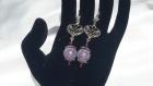 Boucles d'oreilles coeur réalisées en perles synthétiques mauves et perles de renaissance prunes