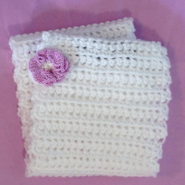 Echarpe bebe   naissance au crochet blanche avec fleur mauve ... 5b81639ff87