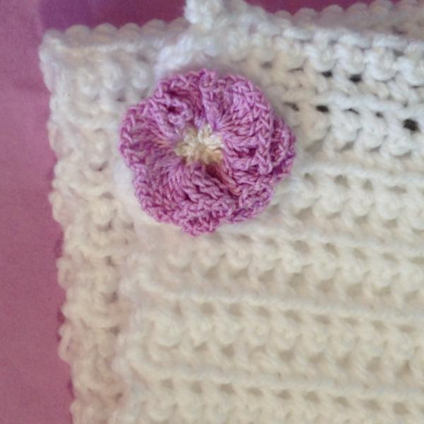 Echarpe bebe   naissance au crochet blanche avec fleur mauve ... 6dc870a3da8
